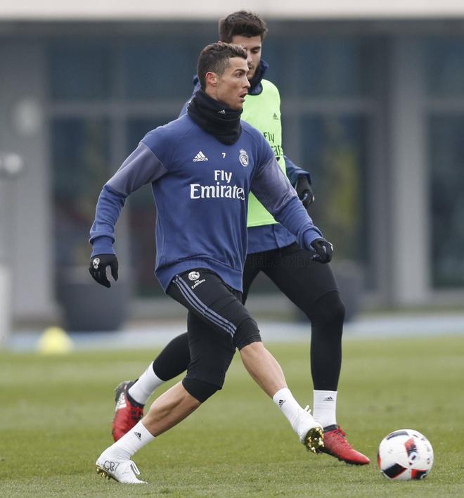 Ronaldo khoe giay moi trong buoi tap dau nam hinh anh 3