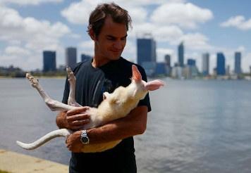 Federer thich thu om chu chuot tui dang yeu hinh anh