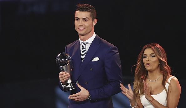 Ronaldo doat giai Cau thu hay nhat nam cua FIFA hinh anh