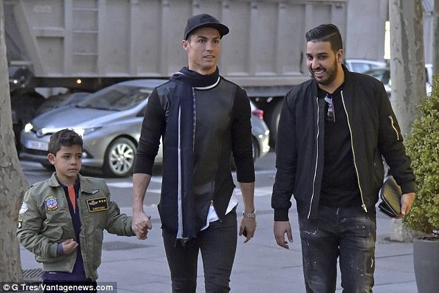 Ronaldo dua con trai di mua sam o khu pho quy toc hinh anh 1