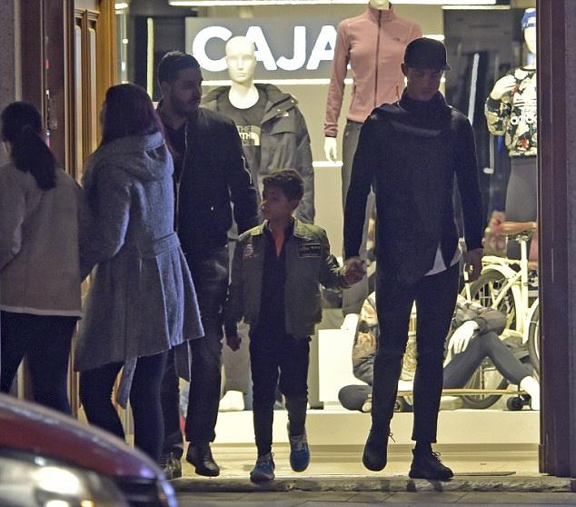 Ronaldo dua con trai di mua sam o khu pho quy toc hinh anh 3
