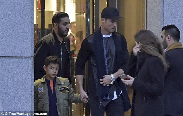 Ronaldo dua con trai di mua sam o khu pho quy toc hinh anh 5
