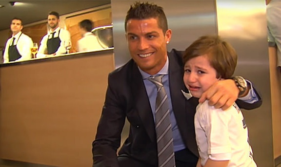 Ronaldo ung ho cau be mo coi vi danh bom hinh anh 1