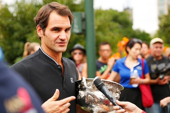 Federer va cup vo dich trong vong vay nguoi ham mo hinh anh