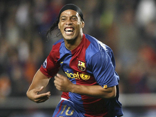 Ronaldinho cuoi tuoi trong le ky hop dong anh 7