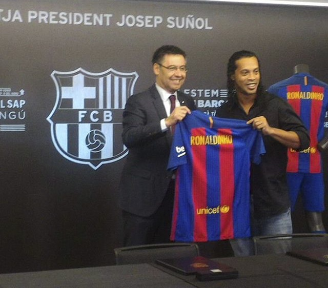Ronaldinho cuoi tuoi trong le ky hop dong anh 2