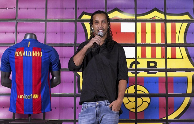 Ronaldinho cuoi tuoi trong le ky hop dong anh 3