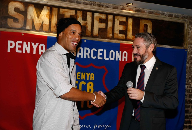 Ronaldinho cuoi tuoi trong le ky hop dong anh 5