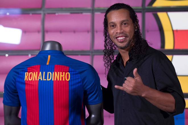 Ronaldinho cuoi tuoi trong le ky hop dong anh 1