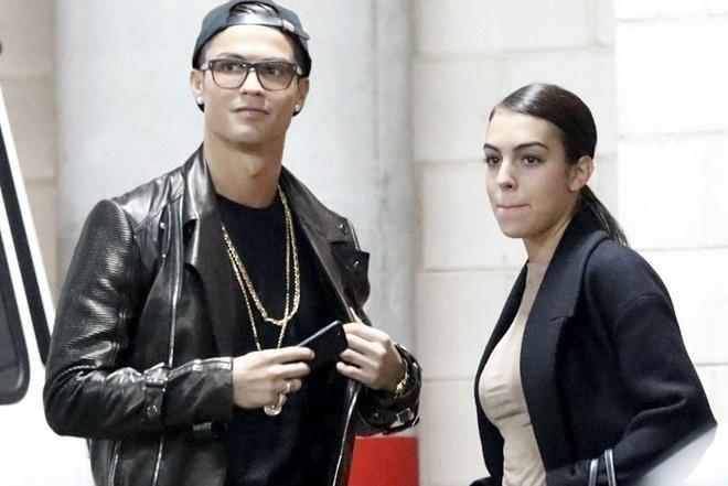 Ronaldo mung sinh nhat voi ban gai trong khach san hinh anh