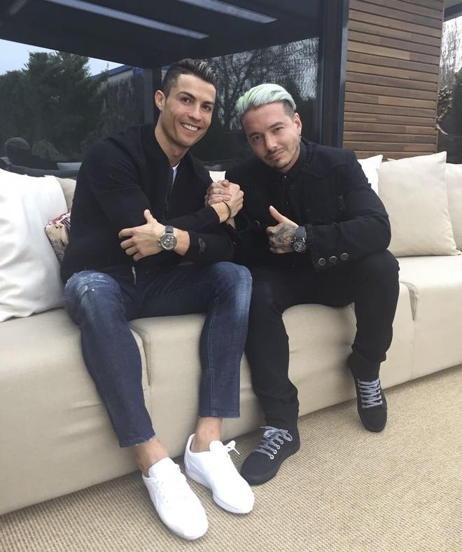 Ronaldo mua qua Valentine tang ban gai hinh anh 8