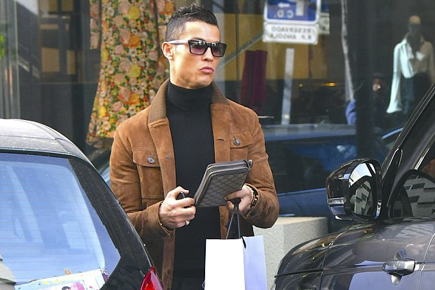 Ronaldo mua qua Valentine tang ban gai hinh anh