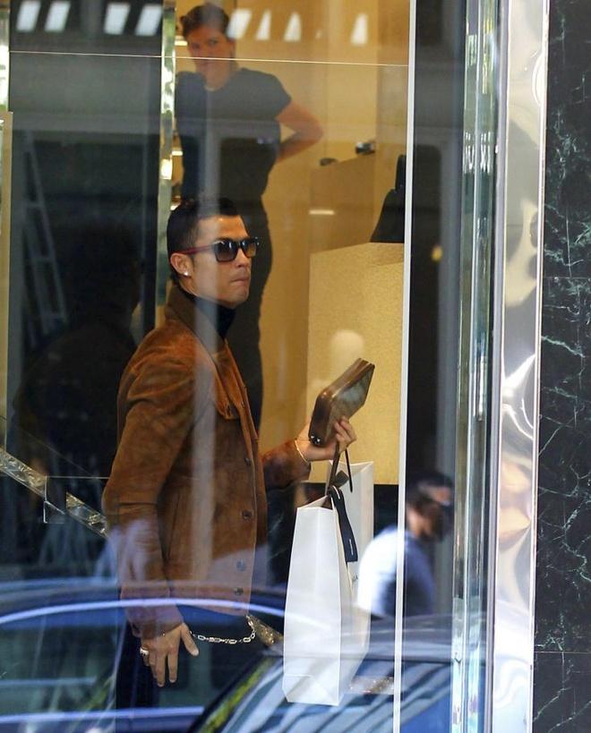 Ronaldo mua qua Valentine tang ban gai hinh anh 2