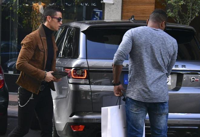 Ronaldo mua qua Valentine tang ban gai hinh anh 5