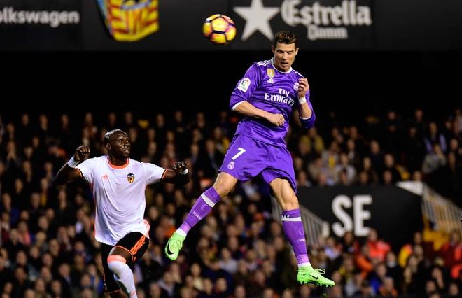 Ronaldo lap cong, Real van bai tran truoc Valencia hinh anh 7