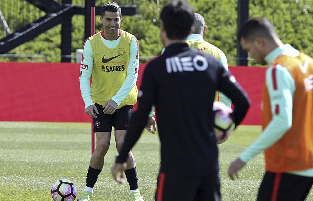 Ronaldo tuoi cuoi tap luyen sau khi duoc vinh danh hinh anh 1