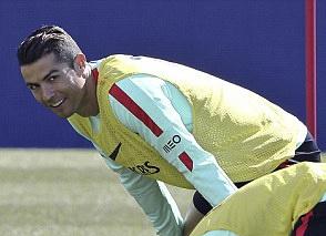 Ronaldo tuoi cuoi tap luyen sau khi duoc vinh danh hinh anh