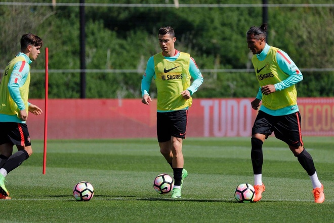 Ronaldo tuoi cuoi tap luyen sau khi duoc vinh danh hinh anh 4