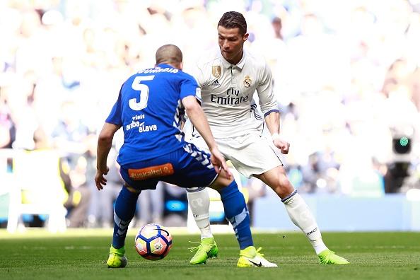 Real Madrid 3-0 Alaves: Ronaldo sam vai kien tao hinh anh 24
