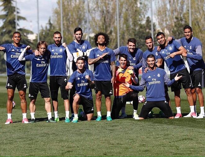 Ronaldo dung tay choc vao cho nhay cam anh 9