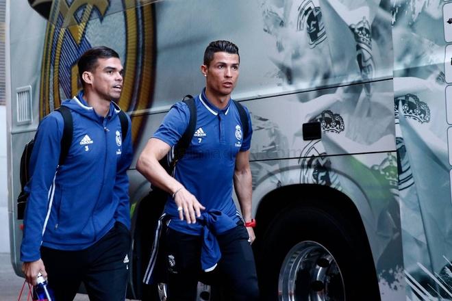 Ronaldo dung tay choc vao cho nhay cam anh 3