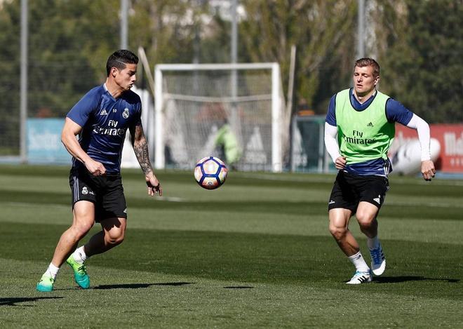Ronaldo dung tay choc vao cho nhay cam anh 5