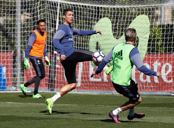 Ronaldo dung tay choc vao cho nhay cam anh 2
