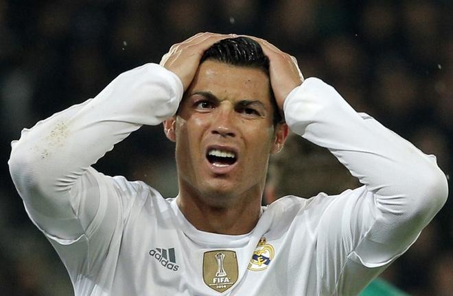 Fan gom chu ky keu goi Ronaldo roi bo toa thap Trump hinh anh