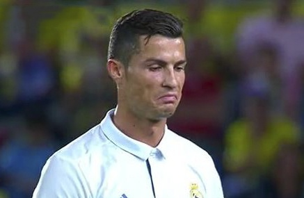 Marcelo kien quyet bat loi Ronaldo tren san tap hinh anh