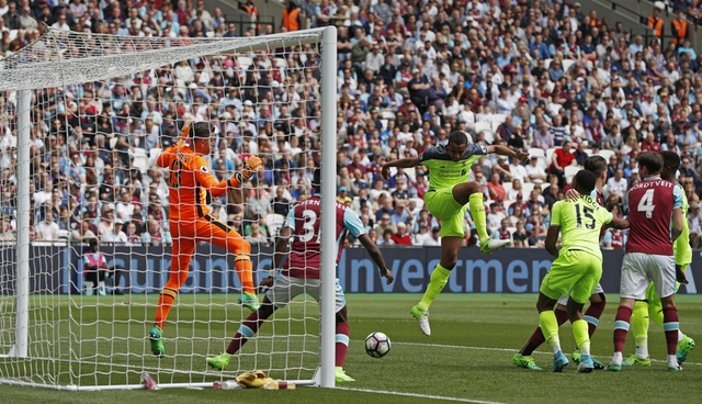 Thang dam West Ham, Liverpool tien sat ve Champions League hinh anh 14