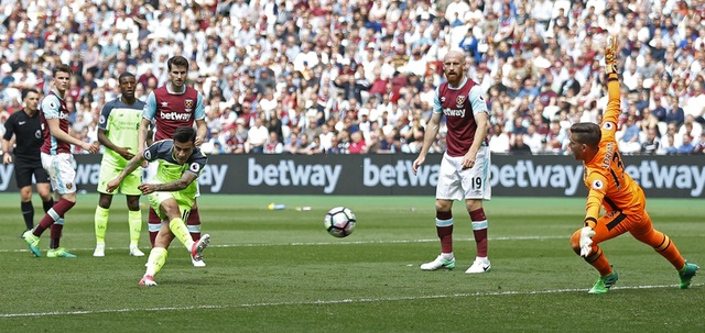 Thang dam West Ham, Liverpool tien sat ve Champions League hinh anh 25