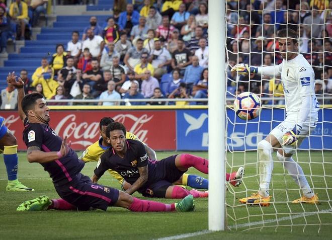Neymar lap hat-trick, Barca van xep tren Real hinh anh 5