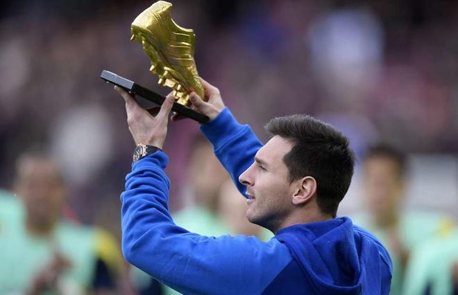Messi duoc an ui voi Chiec giay vang, san bang ky luc cua Ronaldo hinh anh