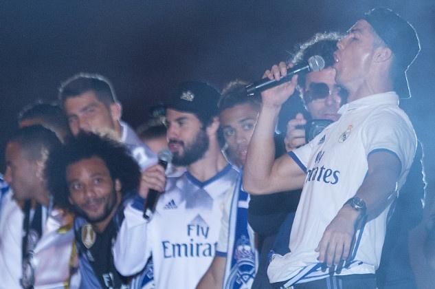 Ronaldo say sua ca hat trong dem mung chuc vo dich hinh anh