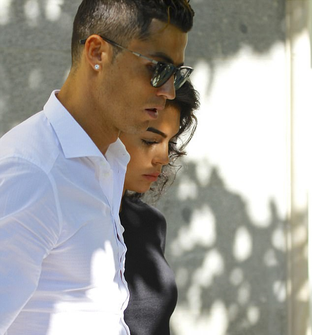 Ronaldo dua ban gai di sam do truoc chung ket hinh anh 4