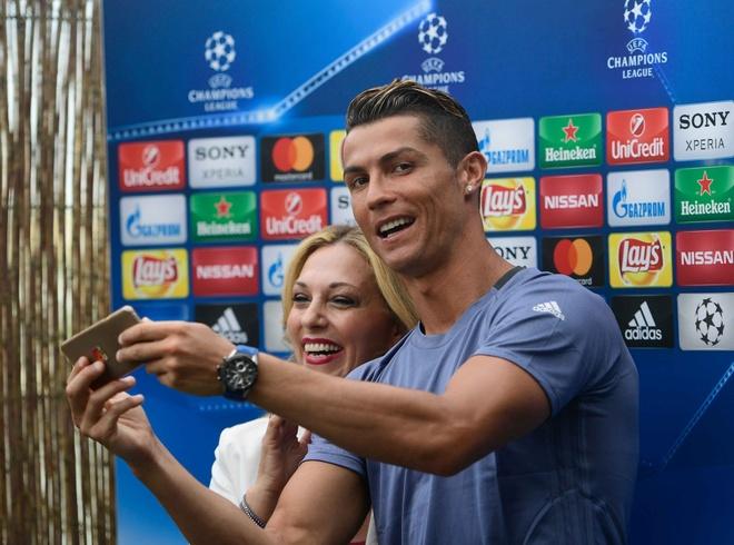 Ronaldo dua ban gai di sam do truoc chung ket hinh anh 7