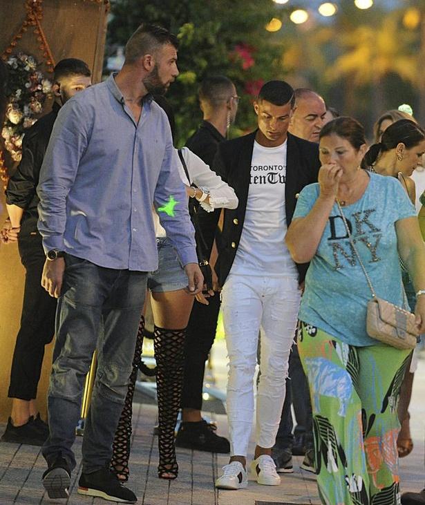 Ronaldo tan huong ky nghi hanh phuc ben gia dinh hinh anh 7