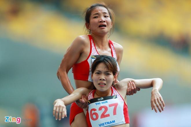 VDV gianh HCV chay 5.000 m diu dong doi cung mung chien thang hinh anh