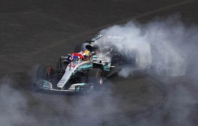 Hamilton drift phan khich mung lan thu 4 vo dich F1 the gioi hinh anh
