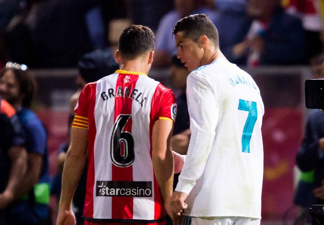 Ronaldo tu choi doi ao vi doi thu 'choi xau' hinh anh 1