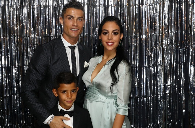 Ronaldo: 'Con trai toi thuong quen an khi choi bong' hinh anh