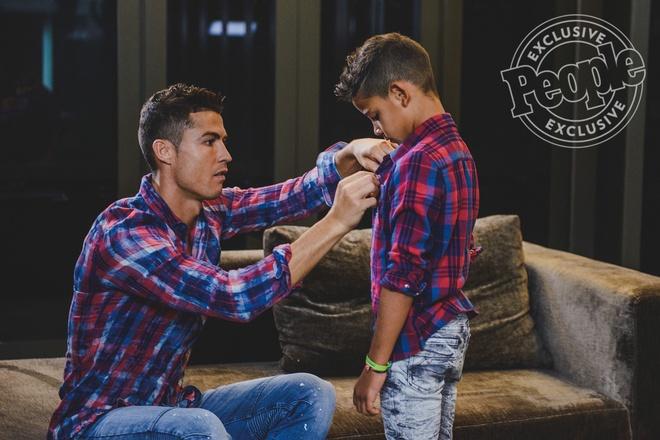Cha con Ronaldo cung khoe hinh the o quang cao moi hinh anh 6