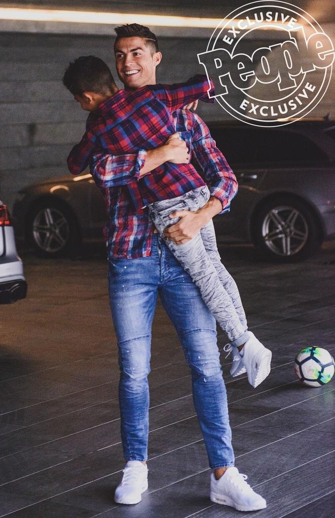 Cha con Ronaldo cung khoe hinh the o quang cao moi hinh anh 7