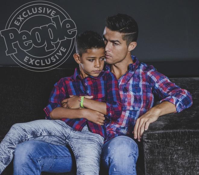 Cha con Ronaldo cung khoe hinh the o quang cao moi hinh anh 5