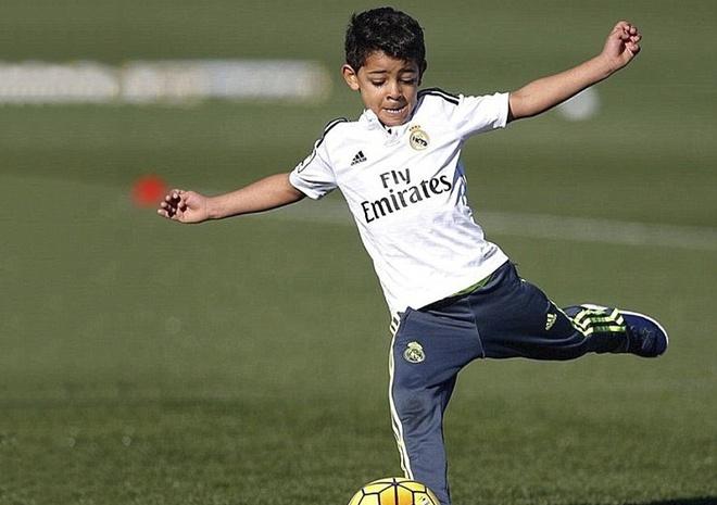 Cu sut phat thanh ban cua con trai Ronaldo hinh anh