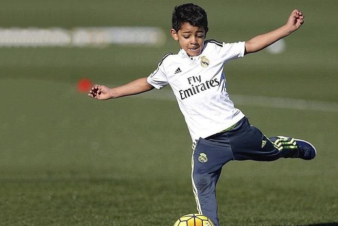 Con trai Ronaldo lai tro tai sut phat ghi ban hinh anh