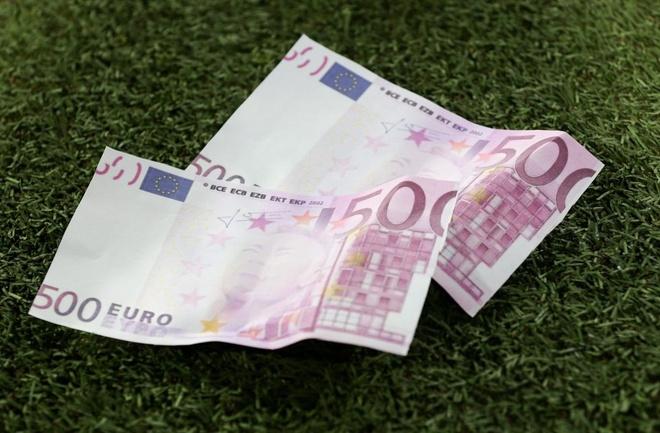 Fan Bayern nem tien in hinh Neymar, 30 CDV PSG bi bat hinh anh