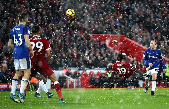 De Rooney choc thung luoi, Liverpool lo co hoi vao top 3 hinh anh 25