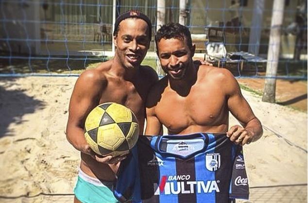 Ronaldinho pho dien ky nang an tuong tren san footvolley hinh anh