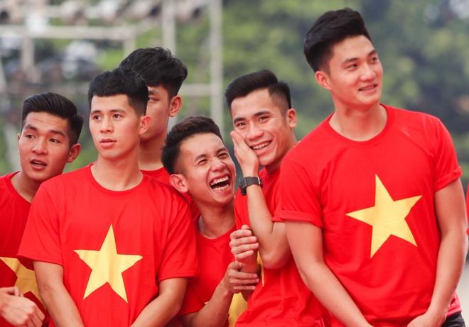 Khoanh khac dang yeu cua cac chang trai U23 Viet Nam o le vinh danh hinh anh